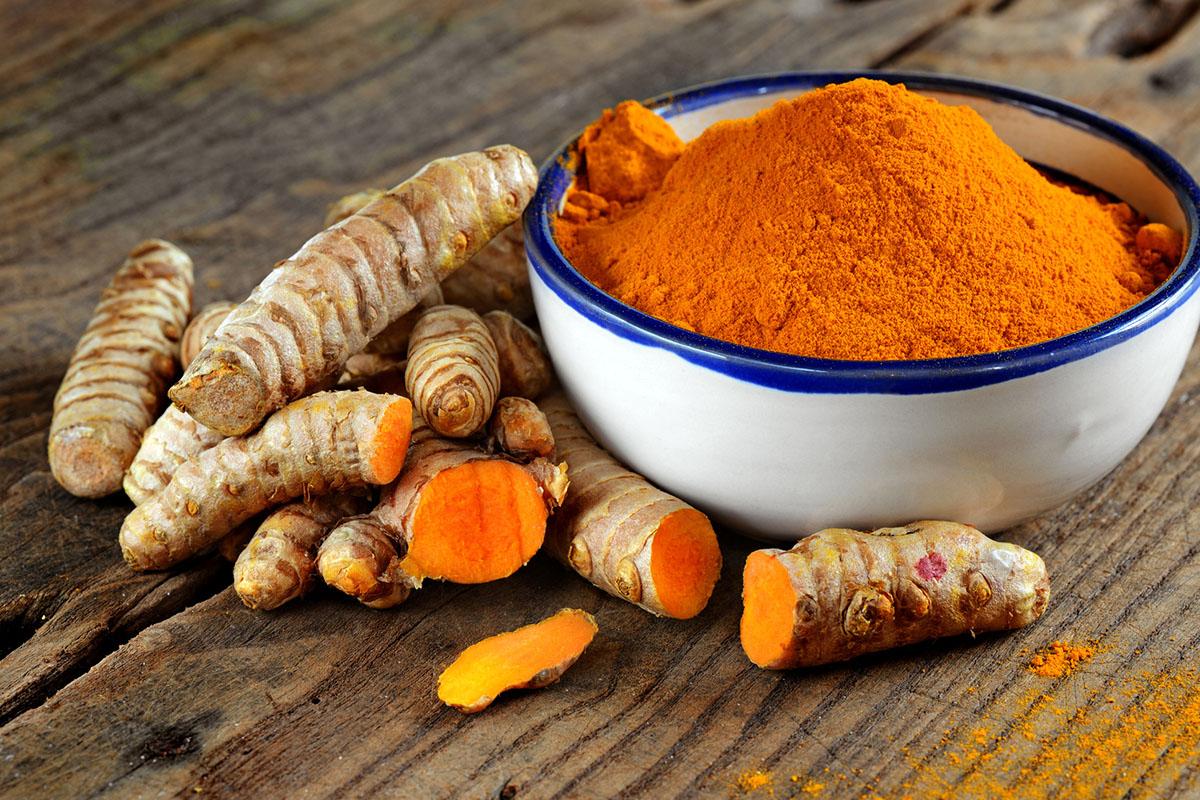 Złoty napój z kurkumy – wzmocni odporność i... pomoże schudnąć